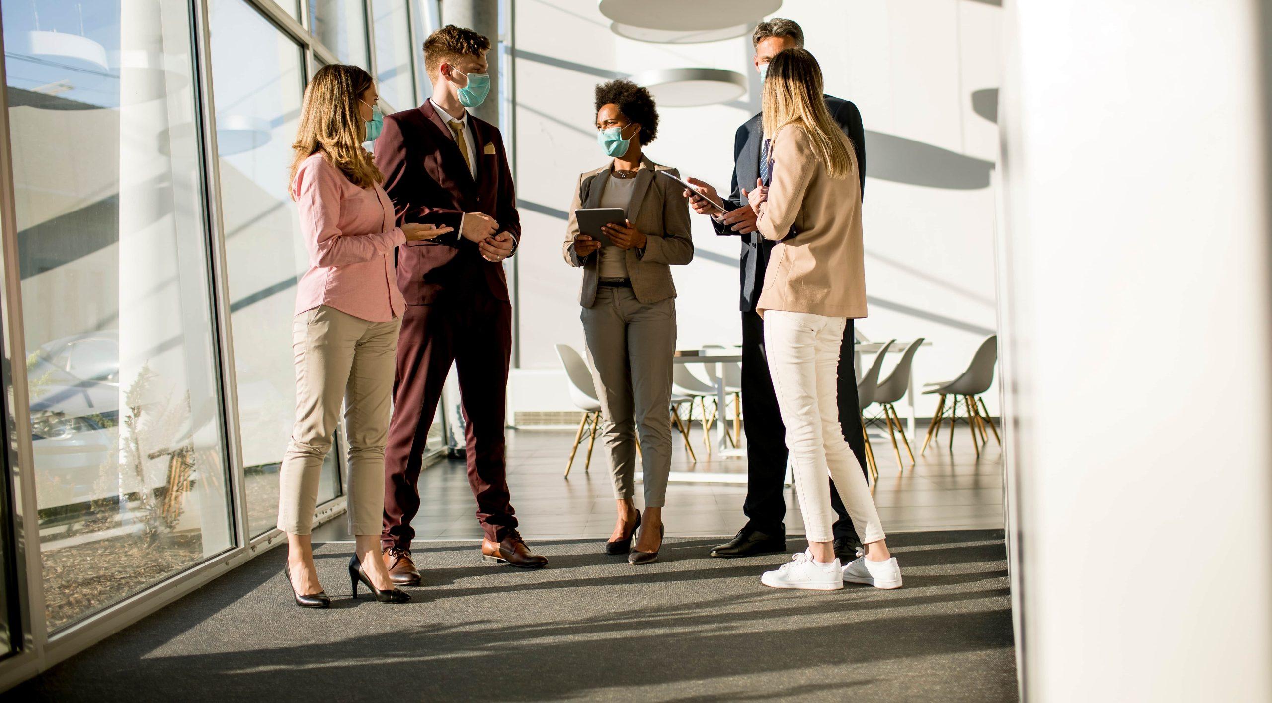 Syksyn yhtiökokoukset voivat olla tartuntariski, kokouksen osallistujia maskit päässä - Neomeet