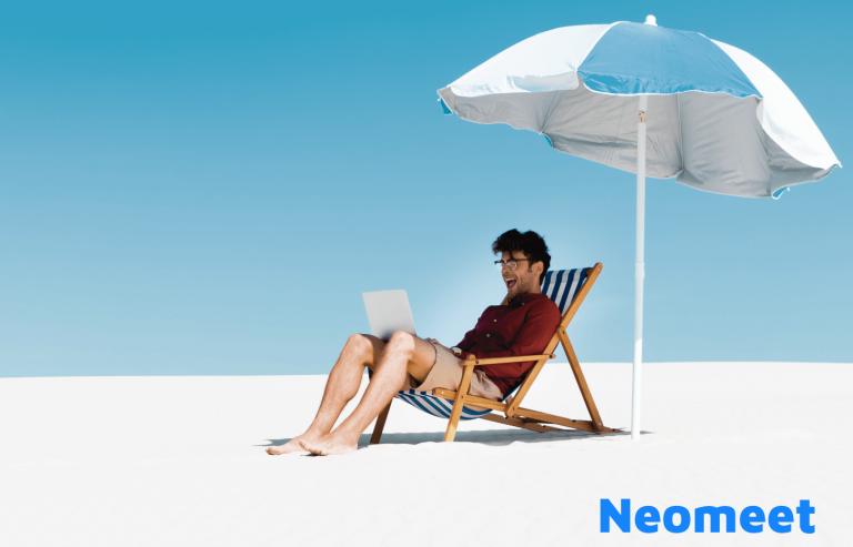 Miehellä on kannettava tietokone rannalla - Neomeet