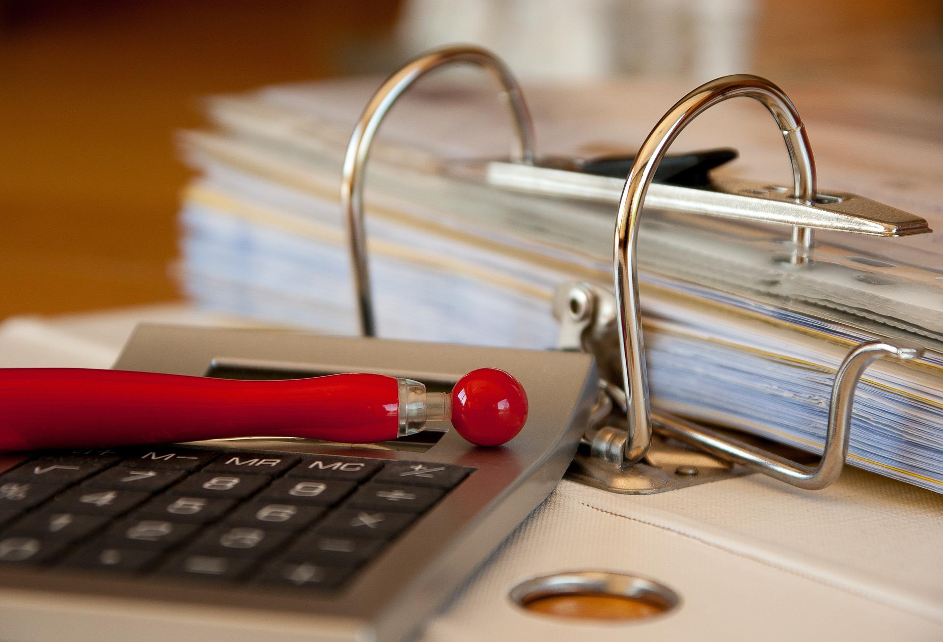 Taloyhtiön arkisto paperisena pöydällä - Neomeet