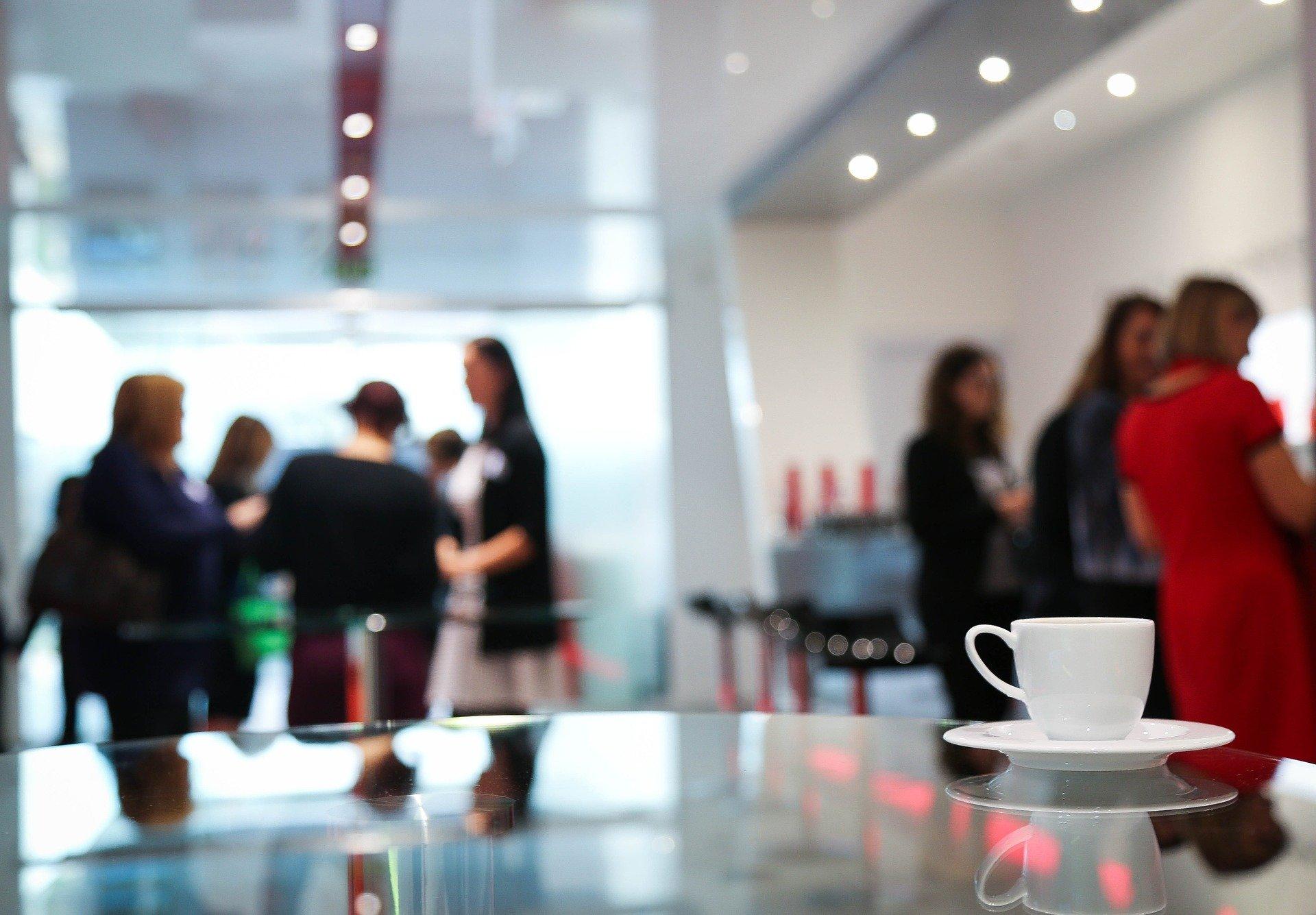 Yhtiökokoukset käynnissä, kahvikuppi pöydällä - Neomeet