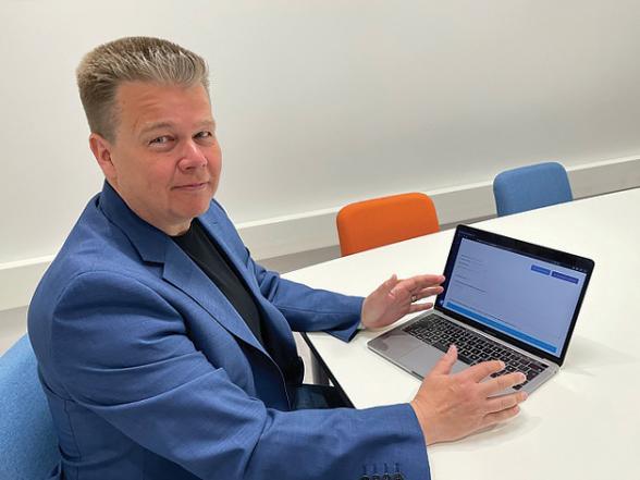 Mika Pouttu käyttää Neomeet-etäkokoussovellusta tietokoneella